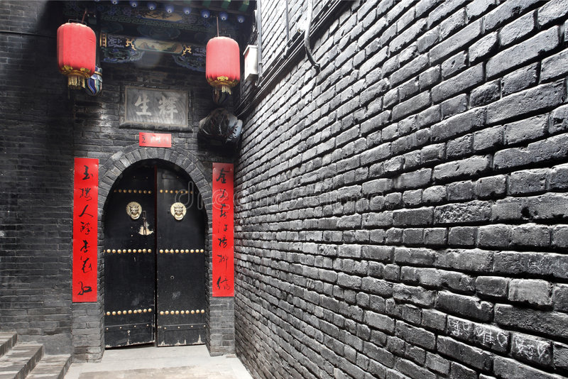 Hoge muur en poort. stock fotografie