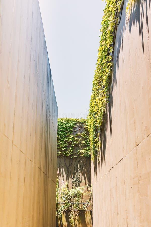 Hoge muur van een verlaten en droge waterweg royalty-vrije stock afbeelding