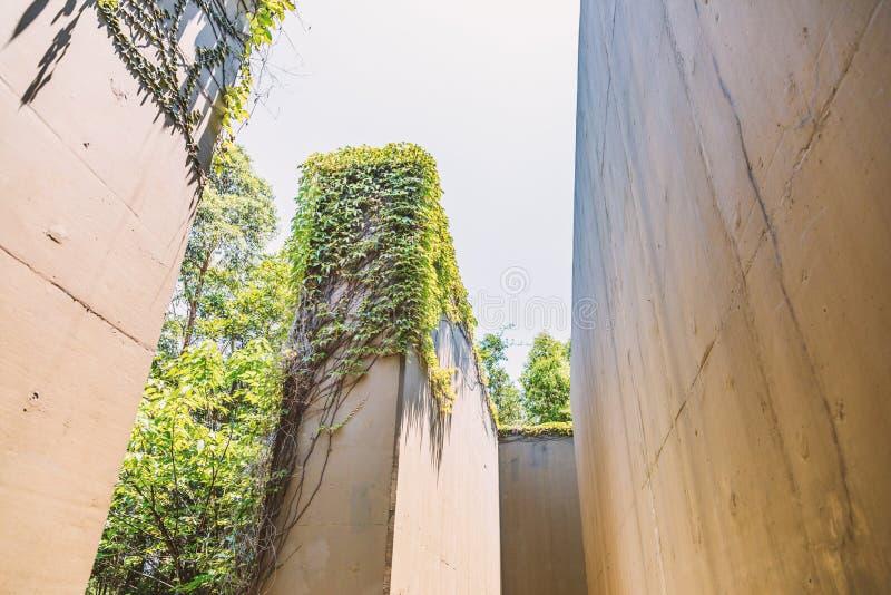 Hoge muur van een verlaten en droge waterweg royalty-vrije stock fotografie