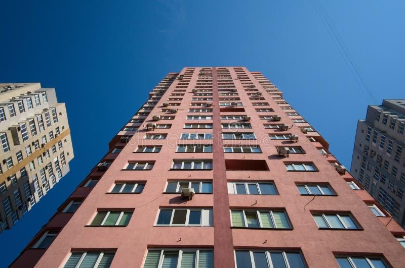 Hoge omhoog moderne flat woningbouw stock foto's