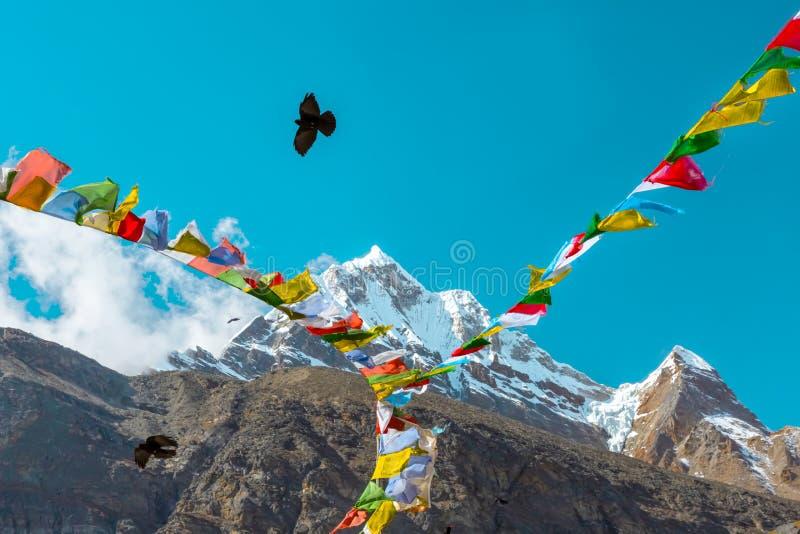 Hoge Piekmening in de Bergen boeddhistische Vlaggen en Kraai van Himalayagebergte royalty-vrije stock afbeelding