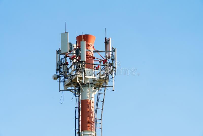 Hoge pijpen waarop het materiaal voor cellulaire mededeling geïnstalleerd is stock foto