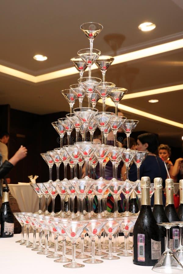 Hoge piramide van gevulde niet champagneglazen met kersen Mosc stock foto's