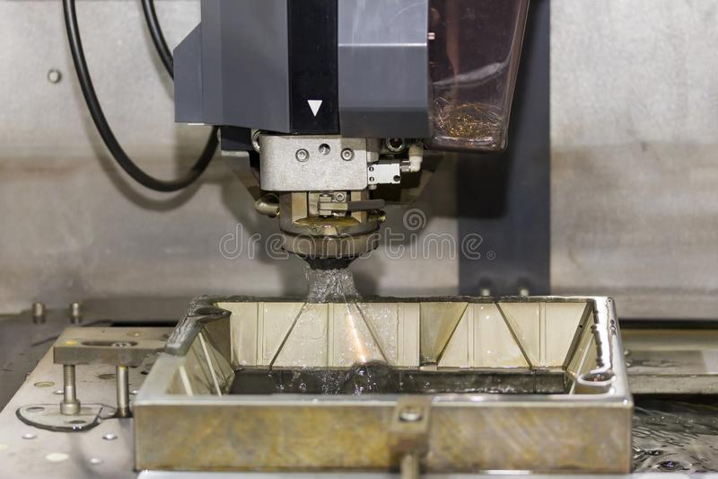 Hoge precisiecnc de draad sneed machine op workshop stock fotografie