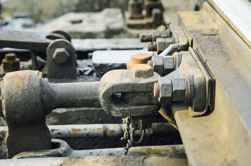 Hoge resolutie roestige bouten en schroeven op het verlaten spoor van de spoorwegtrein royalty-vrije stock foto