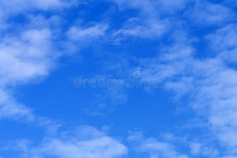 Hoge resolutiefoto van cumuluswolken tegen een onduidelijk beeldhemel Grote achtergrond voor samenstellingen stock foto