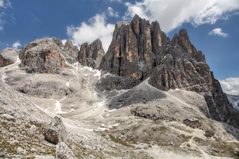 Hoge rotsachtige pieken van Pale di San Martino, in het Italiaans Dolomiet met dramatische diepe blauwe hemel op zonnige dag royalty-vrije stock foto's