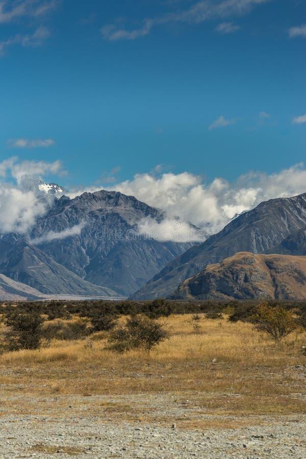 Hoge sneeuw afgedekte bergen rond Middenaarderots, Nieuw Zeeland stock afbeelding