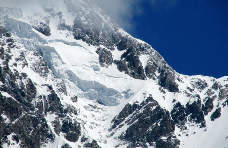 Hoge sneeuw en rotsachtige bergketen royalty-vrije stock afbeelding