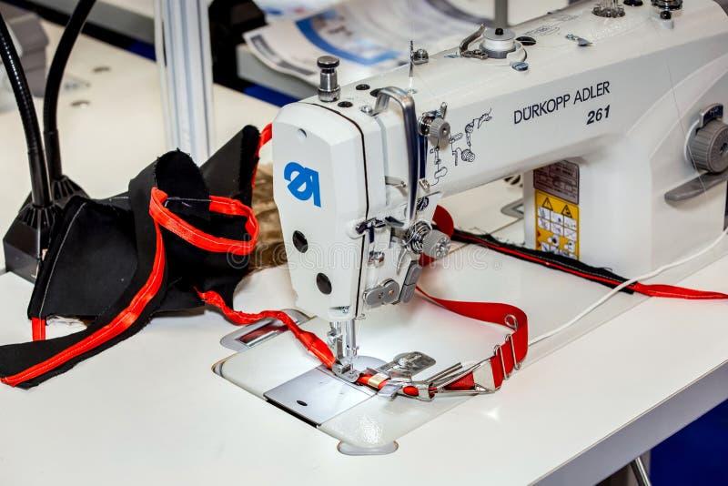 Hoge snelheids één-naald stiksteek naaimachine Durkopp Adler 261 stock afbeeldingen