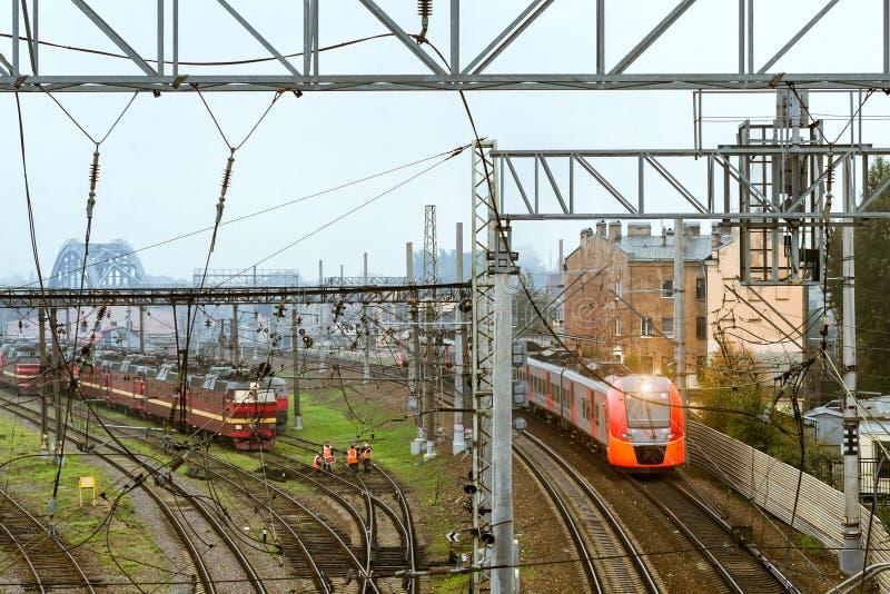 Hoge snelheids elektrische trein Lastochka, Russische Spoorwegen stock afbeeldingen