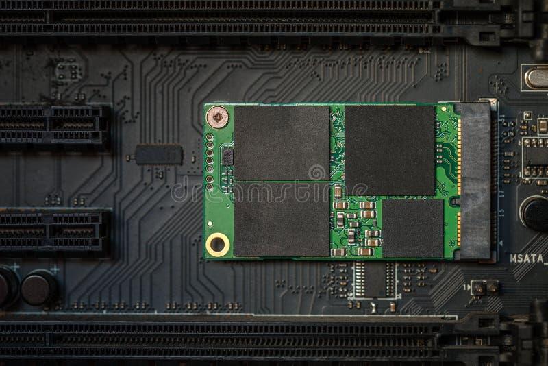 Hoge snelheids ssd aandrijving op motherboard stock afbeelding