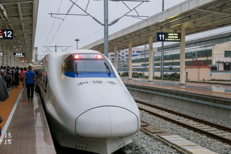 Hoge snelheidsspoor HSR in China met snelste snelheid van de kogel de hoofdtrein zeer stock fotografie