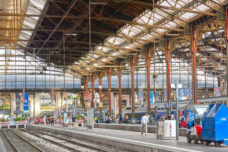 Hoge snelheidstrein bij de het Noordenspoorwegen stationGare DE Nord SP royalty-vrije stock foto's