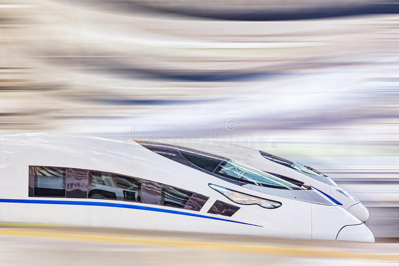 Hoge snelheidstrein bij de spoorwegenpost stock afbeelding