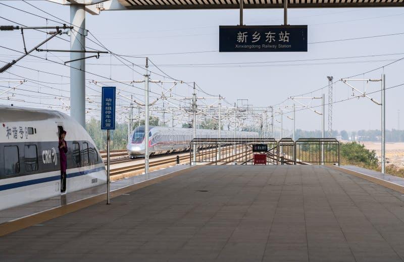 Hoge snelheidstrein bij platform in Xinxiangdong in China stock afbeeldingen