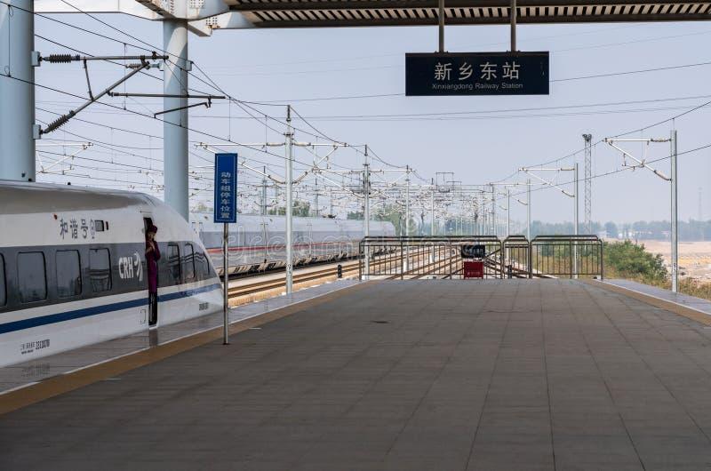 Hoge snelheidstrein bij platform in Xinxiangdong in China stock afbeelding