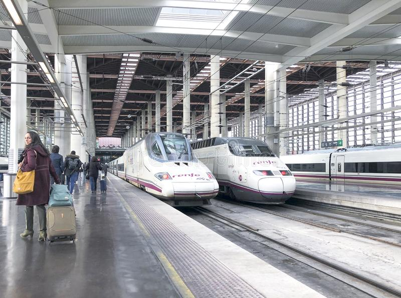 Hoge snelheidstreinen in Atocha-Post in Madrid stock foto