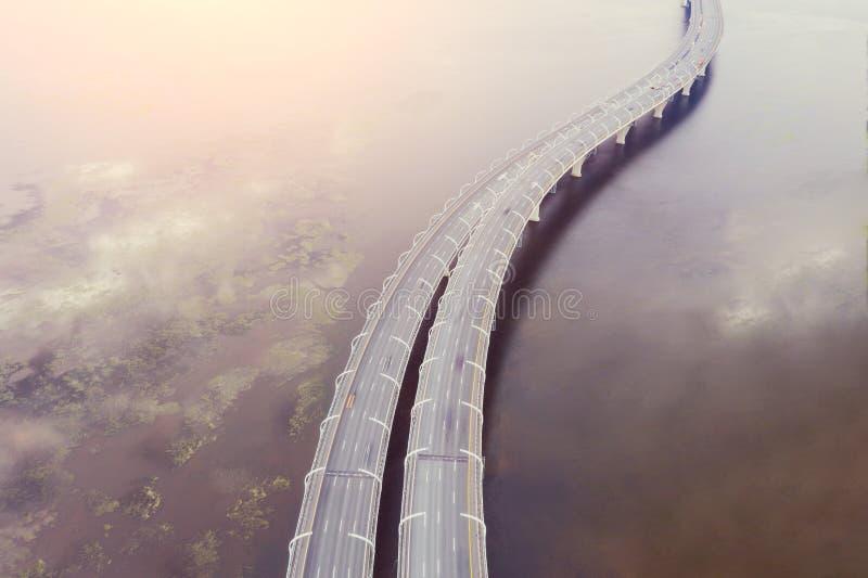 Hoge snelheidsweg, verkeersweg, de brug over over de baai zeevaart-binnenvaart Lucht hoogste mening royalty-vrije stock afbeeldingen