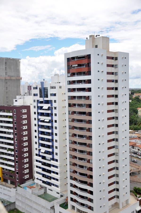 Hoge stijgingsflatgebouwen stock afbeeldingen