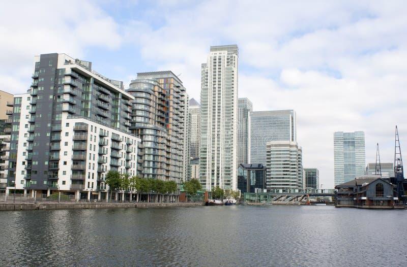 Hoge stijgingsgebouwen door de rivieroever royalty-vrije stock foto
