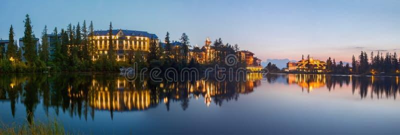 Hoge Tatras - de hotels bij het meer van Strbske Pleso bij schemer stock afbeeldingen
