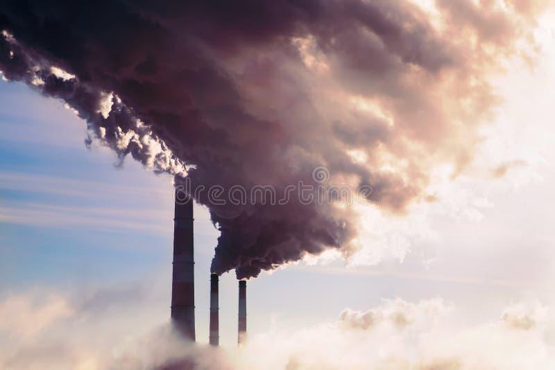 hoge verontreiniging van steenkoolelektrische centrale Rokende schoorsteen stock afbeelding