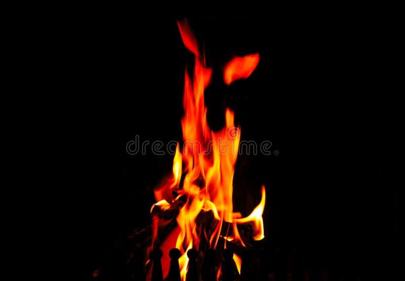 Hoge vlammen in de open haard op een zwarte achtergrond royalty-vrije stock afbeelding