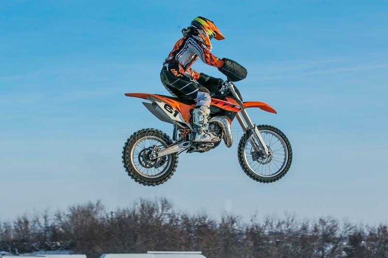 Hoge vliegende motorracer op blauwe hemelachtergrond stock fotografie
