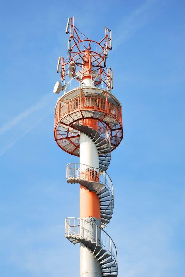 Hoge vooruitzichttoren met treden en telecommunicatieapparaten stock afbeelding