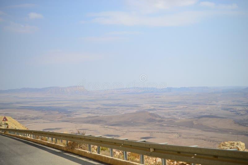 Hoge weg bij bodem van Makhtesh Ramon Crater, Mitzpe Ramon, Negev-woestijn, Israël stock afbeeldingen
