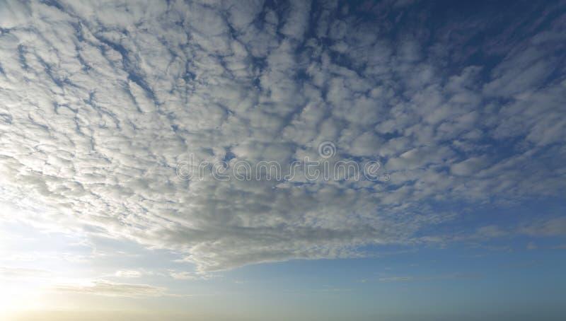 Hoge wolk met licht die uit de linkerzijde van beeld komen stock foto's