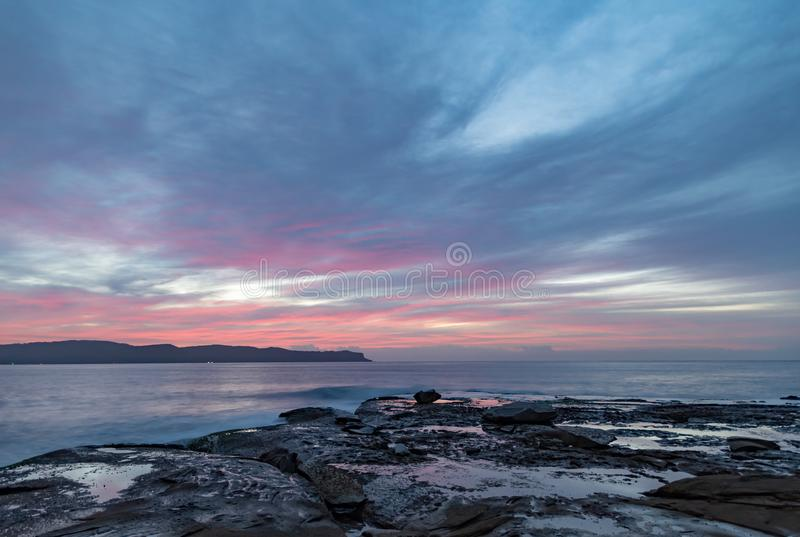 Hoge Wolk Roze Dawn Seascape van Rotsplatform stock foto