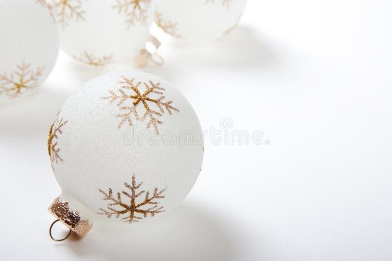 Hoge Zeer belangrijke Kerstmisbollen op Wit stock afbeeldingen