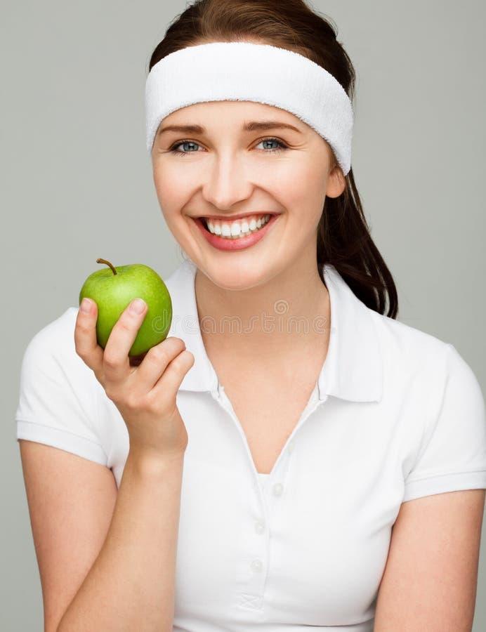 Hoge zeer belangrijke Portret jonge vrouw die groene appel houden die op wh wordt geïsoleerd stock afbeelding