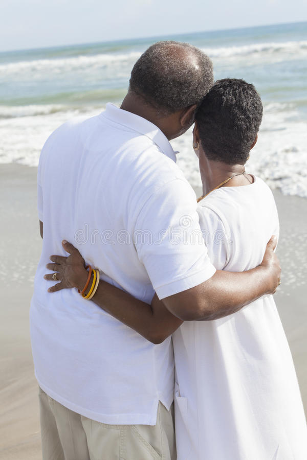 Hoger Afrikaans Amerikaans Paar op Strand royalty-vrije stock foto's