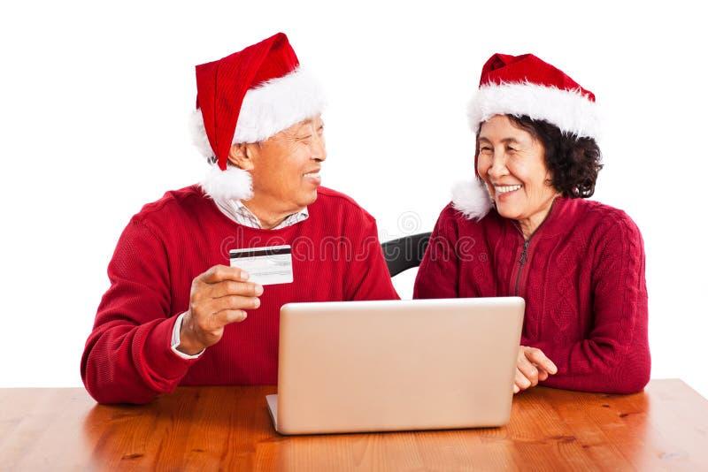 Hoger Aziatisch paar dat online winkelt stock foto