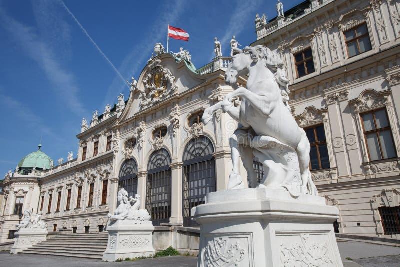 Hoger Belvedere Paleis met een standbeeld van een paard bij de ingang stock afbeelding