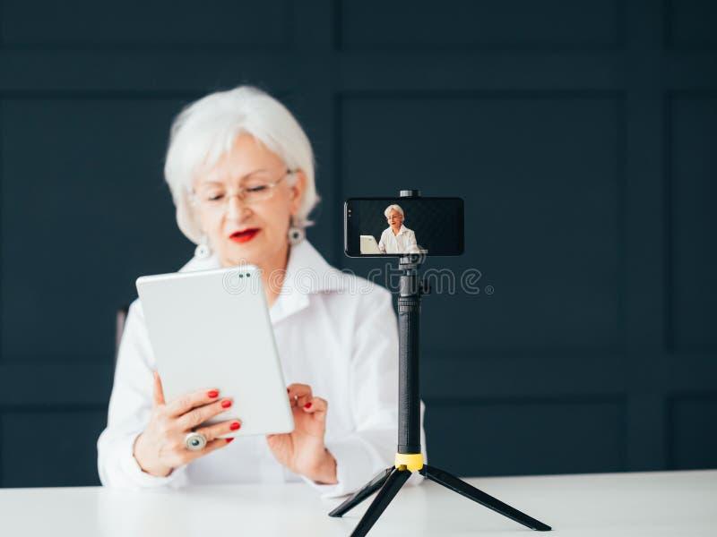 Hoger de levensstijlleerprogramma van de dame blogger koploper stock foto's