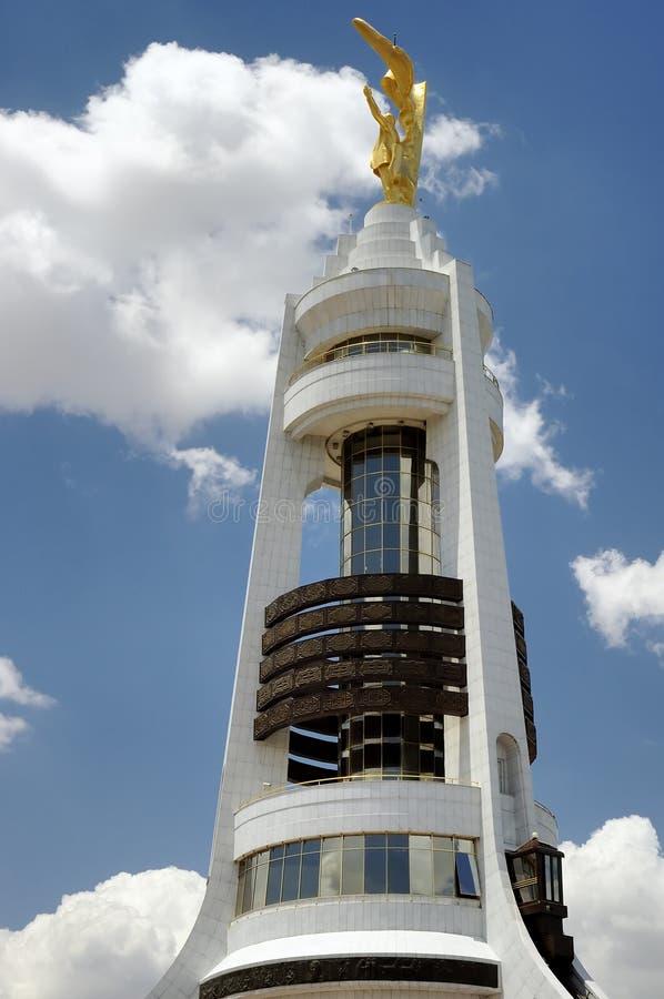 Hoger deel van het monument van de Boog van de Neutraliteit, Asgabat stock foto's