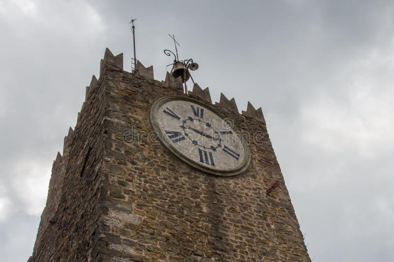 Hoger fragment van Carmine Tower of klokketoren van Montecatini-Alt, Toscanië, Italië stock foto