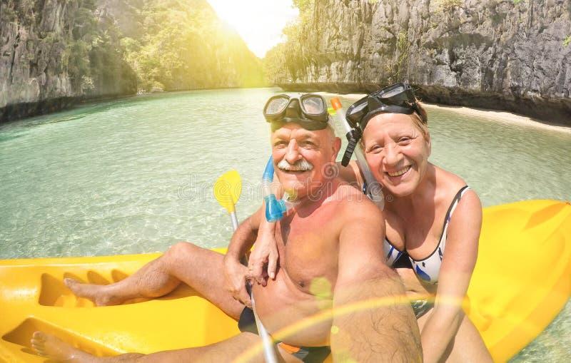 Hoger gelukkig paar die selfie op kajak in Palawan nemen stock foto's