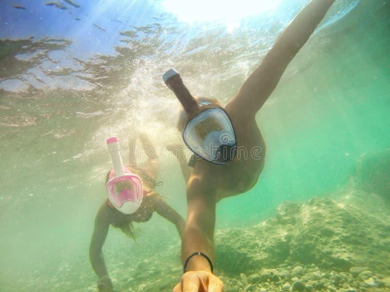 Hoger gelukkig paar die selfie in tropische overzeese excursie met watercamera nemen - Rondvaart die in exotische Actieve scenari stock afbeelding