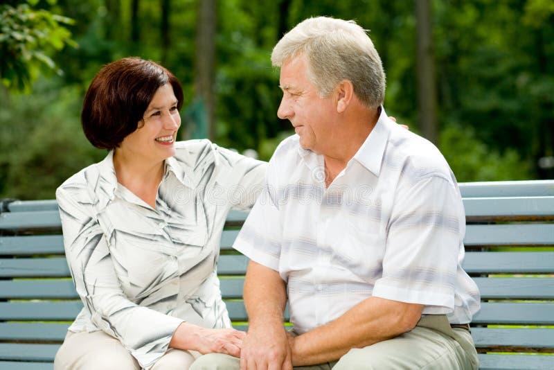 Hoger gelukkig paar in park stock afbeelding