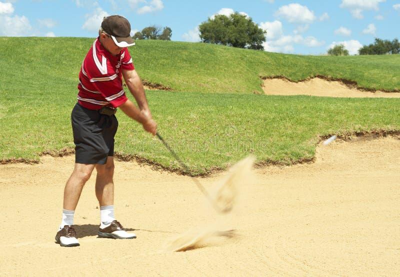 Hoger golfspeler speelgolf van zandbunker royalty-vrije stock afbeelding