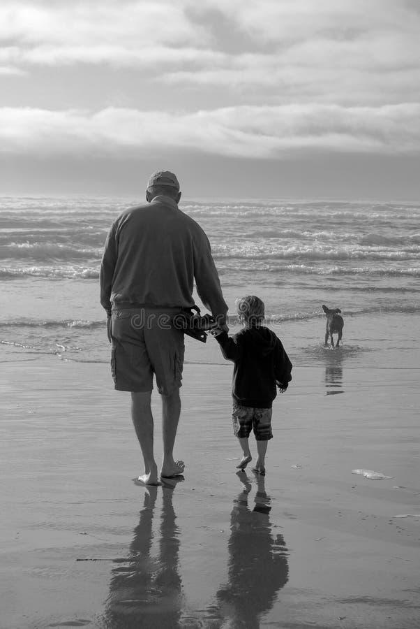 Hoger Grootvader en Kindsilhouet op Strand in BW royalty-vrije stock fotografie