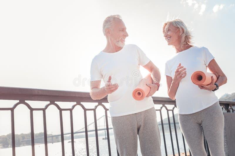 Hoger leuk paar die en gomdekens meedelen houden royalty-vrije stock afbeelding