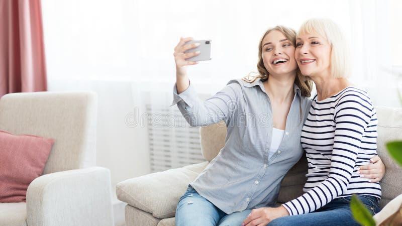 Hoger mamma en haar dochter die selfie doen royalty-vrije stock foto