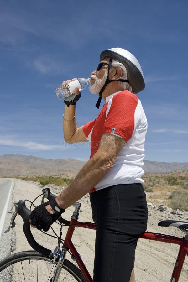 Hoger Mannelijk Fietser Drinkwater royalty-vrije stock afbeeldingen