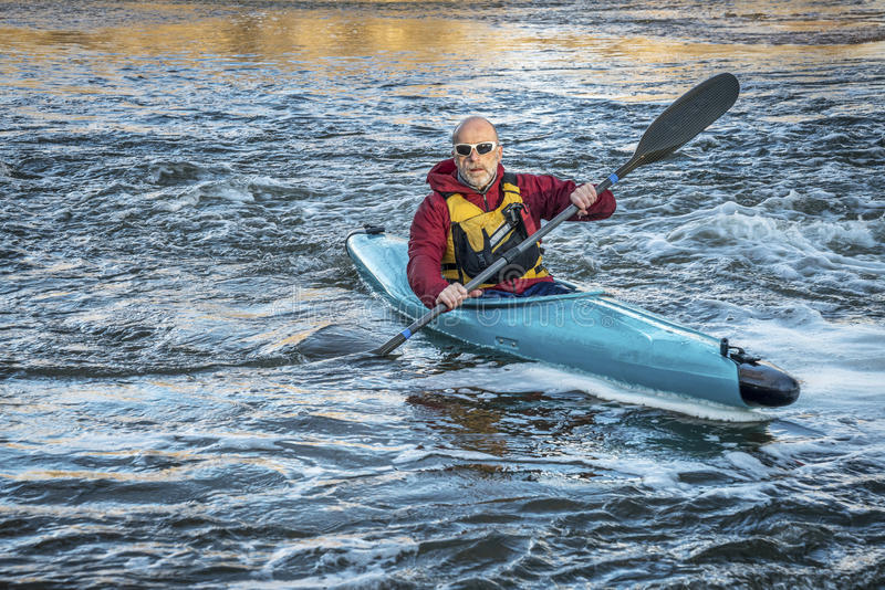 Hoger mannetje die paddler kayaking stock fotografie